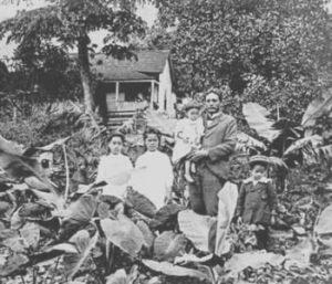 the-history-of-surfing-early-hawaiian-family