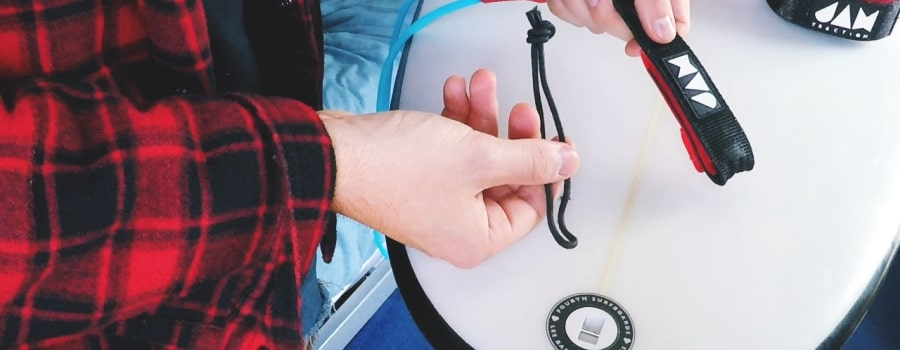 How-To-Attach-A-Surfboard-Leash-thewaveshack.com-min